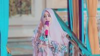 <p>Meski sudah vakum dari dunia hiburan, bintang film Perempuan Berkalung Sorban masih tetap menampilkan suara emasnya. Ia rutin menyanyi lagu-lagu rohani ketika mengikuti kajian. (Foto: Instagram @ristytagor)</p>