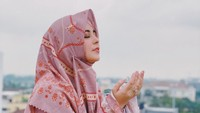 <p>Risty Tagor memutuskan rehat dari dunia hiburan ketika berhijrah. Kini ia tampil santun dalam balutan hijab syar'i, Bunda. Namun, baru-baru ini, Risty kembali ramai diberitakan usai isu perceraiannya berhembus. (Foto: Instagram @ristytagor)</p>