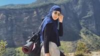 <p>Risty Tagor juga sering mencoba hal-hal baru seperti pergi hiking, Bunda. Ia tetap tampil santun meski mengenakan busana sporty ketika mendaki gunung. (Foto: Instagram @ristytagor)</p>