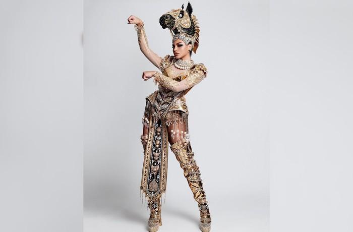 Saat opening introduction, Jihane Almira menggunakan kostum nasional bertema