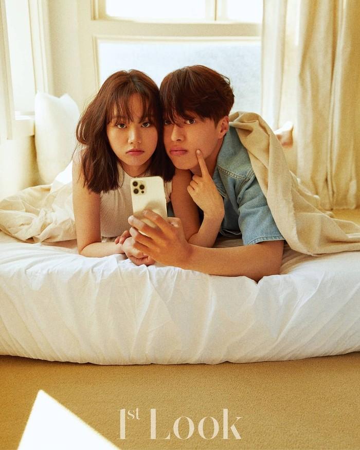 Siapa yang setuju kalau chemistryantara Hyeri dan Jang Ki Young di foto ini tepancar banget? Bahkan karena foto ini, sampai ada rumor Hyeri dan kekasihnya, Ryu Jun Yeol, putus. Untungnya, itu hanya rumor dan mereka nggak putus, ya!/Foto: instagram.com/hyeri_0609