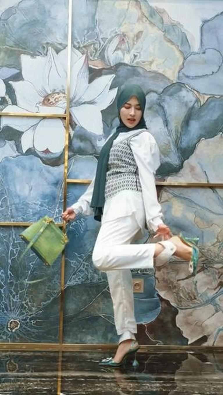 Shandy Purnamasari mantap berhijab, outfitnya pun menjadi sorotan karena harganya bikin melongo. Yuk intip!