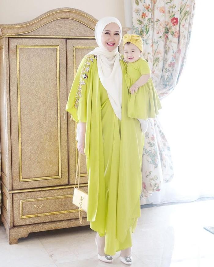 Dian memang suka sekali mendandani putrinya dan menampilkan warna cerah.Kali ini, dengan mengenakan dress dan kaftan berwarna lime. So gerogeous! /Foto:@dianpelangi