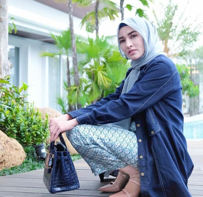 Gaya hijab ala Shandy Purnamasari yang satu ini adalah bergaya casual yang dilengkapi setelan berwarna biru. Terlihat menunjukan kesan awet muda yang ditunjukan dari owner MS Glow satu ini.(foto: Instagram.com/ shandypurnamasari)