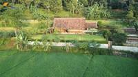<p>Di tengah area sawah Kampung Tajur, berdiri sebuah rumah sederhana milik Haji Usman Bimantara. Ia merupakan pengusaha sukses dari Cikarang, Bunda. (Foto: YouTube Petualangan Alam Desaku)</p>