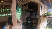 <p>Tak seperti dapur di perkotaan, rumah Haji Usman Bimantara hanya memiliki dapur mungil dengan peralatan seadanya. Tak ada kemewahan di rumah pria tajir itu. (Foto: YouTube Petualangan Alam Desaku)</p>