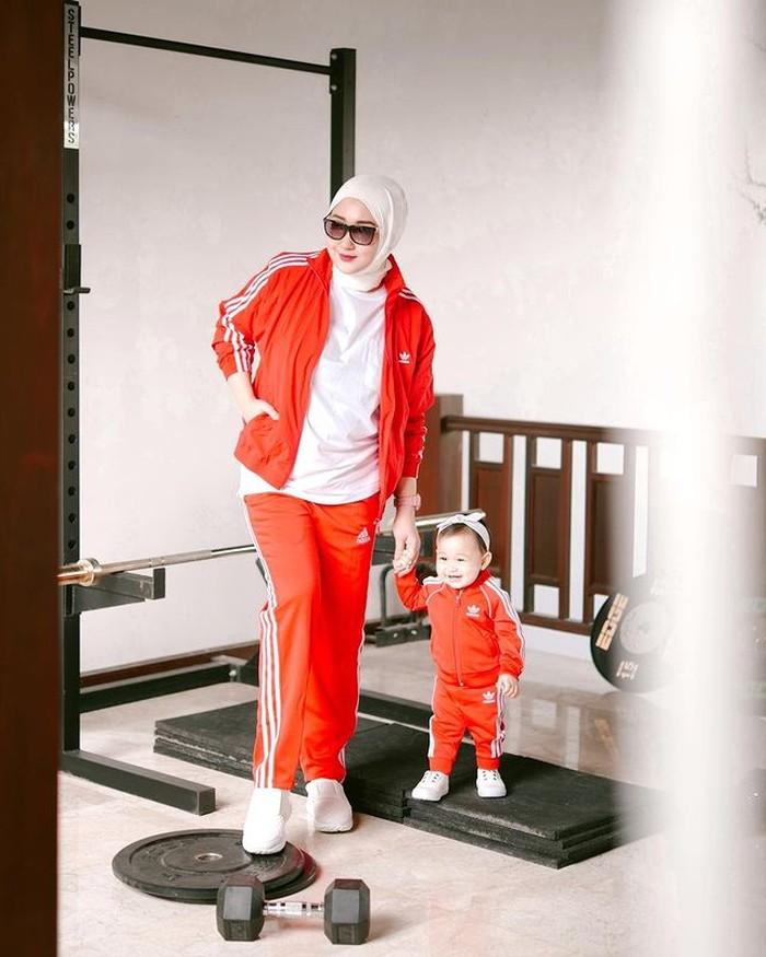 Kali ini tampil dengan sporty look, namun tetap dengan outfit yang sama bernuansa merah. Dian sendiri sering mengatakan bahwa Rumi adalah dirinya versi mini. /Foto:@dianpelangi