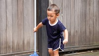 <p>Kalau lagi di rumah, Kiano ternyata suka membantu bersih-bersih lho. <em>He-he</em>, wah ayo Kakak Kiano sapu sampai bersih lantainya. (Foto: Instagram @kianotigerwong)</p>