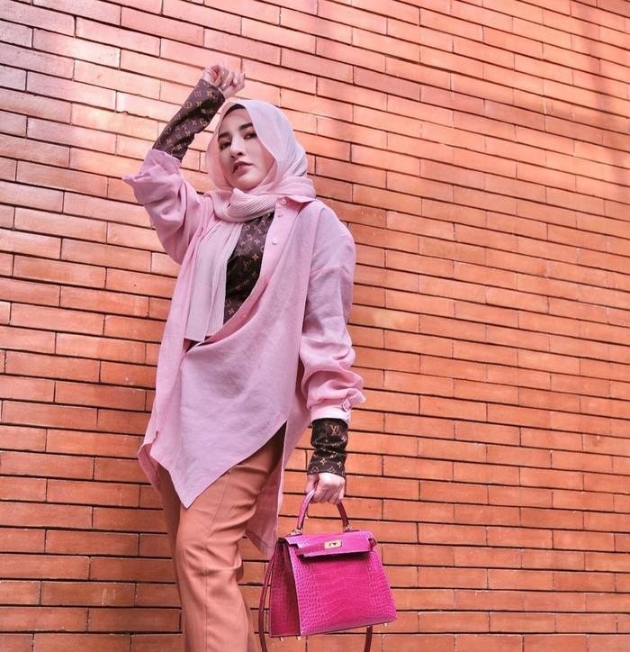 Outfit serba merah muda dari Shandy Purnamasari tidak kalah modis. Outfit ini menunjukan kesan casual, namun terlihat berkelas. Style ala Shandy Purnamasari yang satu ini cocok digunakan untuk acara semi formal.(foto: Instagram.com/ shandypurnamasari)