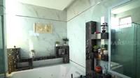 <p>Kamar mandi rumah Cece Bakmi juga luas dan memiliki kesan mewah karena lantainya dari marmer. Terdapat bilik khusus dari kaca untuk shower, dan bathub besar. (Foto: YouTube Trans7 Official)</p>
