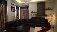 <p>Bagian ruang tamunya, desain interiornya seperti di bar atau pub. Lalu, terdapat sofa kulit seharga Rp50 jutaan. (Foto: YouTube Trans7 Official)</p>