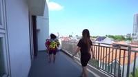 <p>Rumahnya memiliki dua balkon, balkon yang ini terletak di lantai empat, Bunda. Luas banget ya? (Foto: YouTube Trans7 Official)</p>