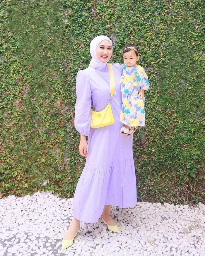 Sebagai seorang desainer, Dian memang ahlinya dalam mix and match terlebih untuk soal mendandani putrinya. Lihat, nih. Mereka terlihat sangat manis dengan outfit berwarna lilac dan dress bunga yang dikenakan Rumi. Gemas ya! /Foto:@dianpelangi
