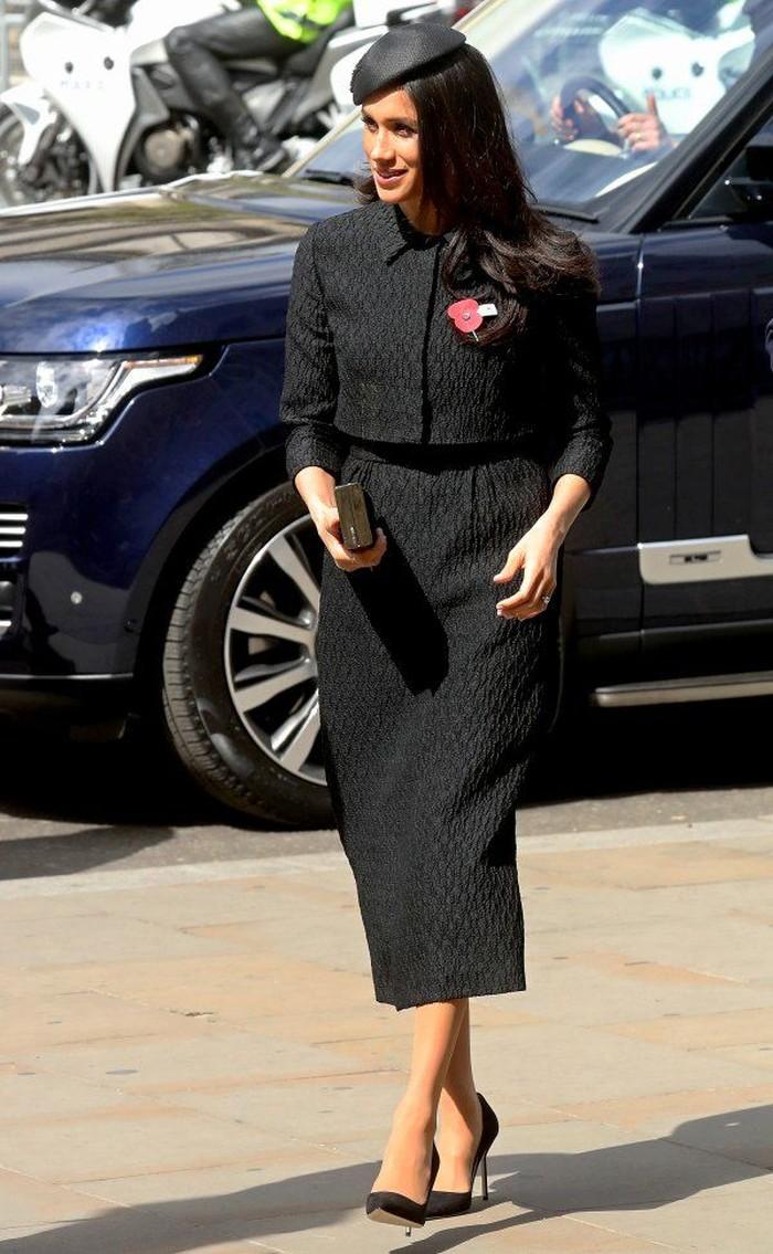 Setelah pernikahannya yang memberikannya gelar sebagai Duchess of Sussex, Meghan yang baru saja merayakan ulang tahun ke-40 ini lebih chic dan elegan. Contohnya saja setelan monokrom hitam yang ia kenakan pada foto di atas. Foto: pinterest.com/UsWeekly