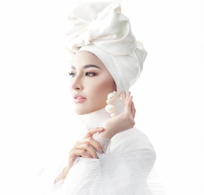 Tampak memukau mengenakan style serba putih, owner MS Glow satu ini terlihat elegan dan modis. Style hijab ini bisa digunakan untuk menghadiri acara formal.(foto: Instagram.com/ shandypurnamasari)