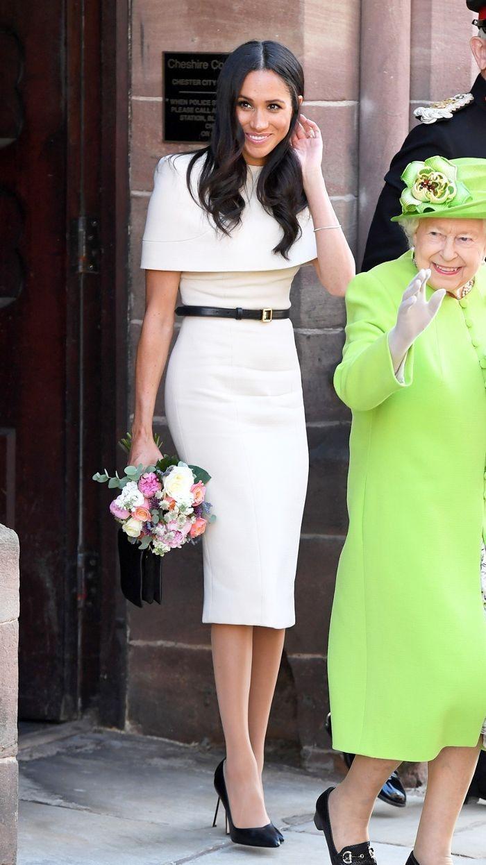 Untuk acara resmi, ia juga mengenakan dress yang menunjukkan lekuk tubuh, rapi dan sopan. Meghan terlihat cantik mengenakan dress denganaksen belt coklat sebagai pemanis saat mendampingi Ratu Elizabeth II. Foto: pinterest.com/WhoWhatWear