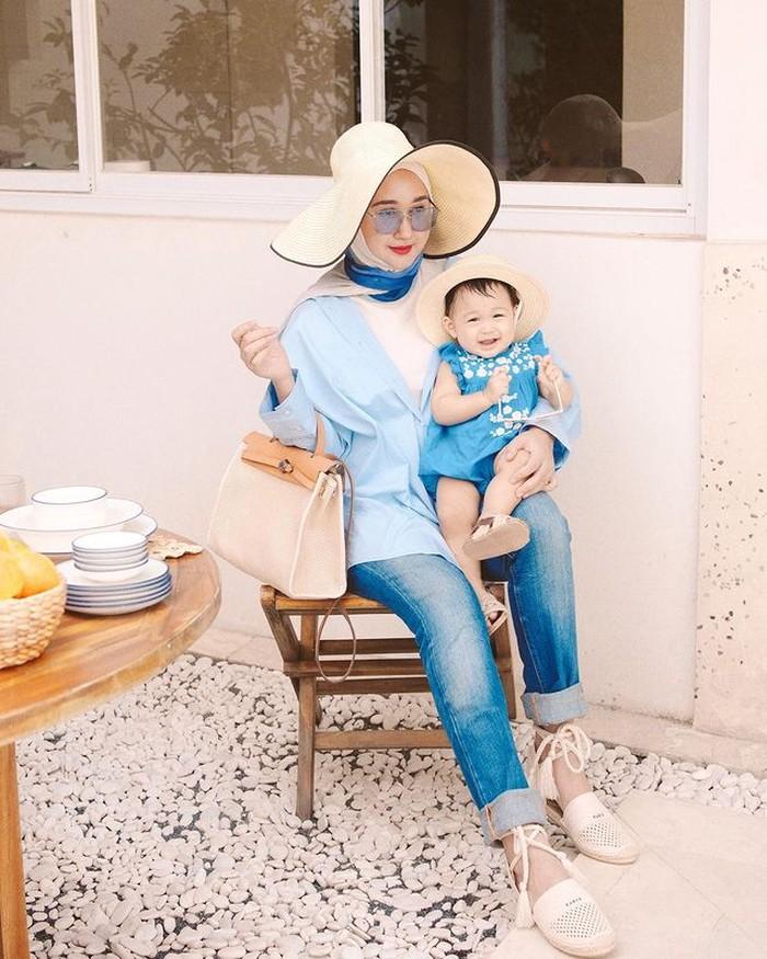 Pada 16 Agustus 2020, Dian melahirkan anak perempuan bernama Maika Rumaisha Al-Aqsa Nasution atau Rumi yang kini berusia 1 tahun. Ia terlihat sangatantusias menggunakan outfit berwarna sama dengan sang buah hati. Kali ini, untuk mengobati rasa rindu travelling ke pantai, mereka mengenakan outfit pantai lengkap dengan topinya. Dengan nuansa biru, mereka terlihat kompak dan adem ya? /Foto:@dianpelangi