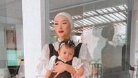 <p>Bayi bernama Arsila Bungalia Sirkiani itu dilahirkan secara prematur. Zaskia Gotik diketahui melahirkan Arsila ketika usia kandungannya baru menginjak delapan bulan. Namun kini ia sudah tumbuh besar, Bunda. (Foto: Instagram @sirajuddinmahmudsabang)</p>