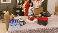 <p>Potret ini diambil ketika Zaskia Gotik merayakan ulang tahun yang ke-31 tahun. Ini merupakan perayaan ulang tahun pertama Zaskia Gotik sebagai Bunda nih. Ia tampak memeluk putri kecilnya dengan penuh sayang. (Foto: Instagram @sirajuddinmahmudsabang)</p>