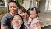 <p>Zaskia Gotik menjadi Bunda dua anak setelah menjadi orang tua sambung bagi putri Sirajuddin dari pernikahan sebelumnya. Aqila sangat senang mendapatkan seorang adik. Tengok saja potret bahagianya ketika selfie bareng. (Foto: Instagram @sirajuddinmahmudsabang)</p>