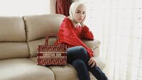 <p>Medina kerap menyesuaikan penggunaan tas dengan baju yang ia kenakan nih, Bunda. Misalnya saja tas Dior merah yang serasi dengan baju dan sepatunya ini. (Foto: Instagram: @medinazein)</p>