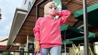 <p>Medina bahkan termasuk orang yang berani bermain warna dan mengenakan warna yang terang nih, Bunda. Kali ini, tas mewah warna pink ia padukan dengan crewneck dari Balenciaga (Foto: Instagram: @medinazein).</p>