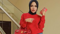 <p>Banyak yang bilang bahwa tas branded adalah salah satu investasi bagi wanita, Bunda. Medina bahkan terlihat memiliki beberapa model tas hermes yang terkenal, lho. (Foto: Instagram: @medinazein)</p>