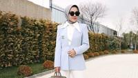 <p>Enggak hanya tampil feminim dan stylish, Medina juga kerap menampilkan gaya fashion formal nih, Bunda. Dengan balutan blazer biru muda dan pin Channel, tampilan Medina terlihat glamor banget, ya. (Foto: Instagram: @medinazein).</p>