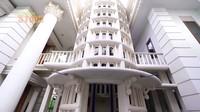 <p>Ade dan keluarga juga sangat mengutamakan nilai agama dalam memabngun rumah, Bunda. Ia dan sang Ayah pun membangun mushola menyerupai menara yang tinggi. (Foto: YouTube deHakims Story)</p>