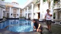 <p>Sama seperti kebanyakan rumah mewah pada umumnya, rumah Ade juga memiliki kolam renang yang luas nih, Bunda. Ade pun membiarkan anak-anak tetangganya untuk berenang di rumah secara gratis, lho. (Foto: YouTube deHakims Story)</p>