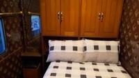 <p>Bagian tempat tidurnya, bisa untuk dua orang dan terlihat nyaman karena dilengkapi lemari dan lampu tidur. Bagaimana Bunda, mewah enggak isi keretanya? (Foto: TikTok @kevinbenedico)</p>