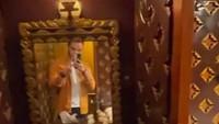 <p>Ada kamar khusus untuk tamu yang menyewa gerbong lho. Begitu masuk langsung 'disambut' oleh kaca rias ukir dan wastafel. (Foto: TikTok @kevinbenedico)</p>