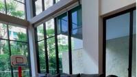 <p>Ruang keluarga adalah area yang paling sering dipakai anak-anaknya beraktivitas selama masa pandemi. Ruangan ini dikelilingi jendela baca besar yang bisa melihat pemandangan asri di luar rumah. (Foto: Instagram @sandradewi88)</p>