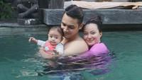 <p>Meski belum berusia setahun, <em>baby</em> Chloe juga sudah berani berenang lho. Ia tampak senang ketika diajak berenang bersama Asmirandah dan Jonas Rivanno. (Foto: Instagram @asmirandah89)</p>