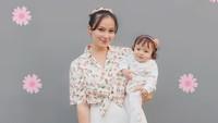 <p>Asmirandah gemar mendandani putri kecilnya dengan <em>outfit</em> yang senada dengan miliknya. Mereka tampil serasi ketika memakai baju serba putih nan feminin. Cantiknya kompak banget nih! (Foto: Instagram @asmirandah89)</p>