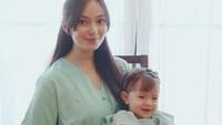 <p>Baby Chloe mewarisi paras cantik dari sang Bunda nih. Sejak masih bayi, wajahnya sudah mencuri hati para netizen lho. (Foto: Instagram @asmirandah89)</p>