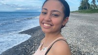 <p>Wanita 18 tahun ini juga gemar menghabiskan waktu ke pantai lho, Bunda. Dengan riasan natural, aura cantik Athalia semakin terpancar, Bunda. (Foto: Instagram: @athalialemos)</p>