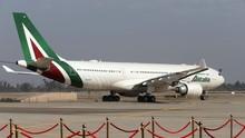 Maskapai Alitalia Bangkrut, Pramugari Aksi Lepas Baju