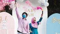 <p>Secara bersama-sama, Atta dan Aurel memancarkan <em>smoke bomb</em> warna <em>pink</em>, nih. Semoga Atta dan Aurel selalu diberikan kesehatan sampai kelahiran sang anak ya, Bunda. (Foto: Instagram: @attahalilintar)</p>