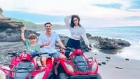<p>Dalam sebuah wawancara, alasan Jedar kini menetap di Bali dengan memboyong anaknya karena di sana, ia dan anak merasa lebih sehat dan bahagia. (Foto: Instagram @inijedar)</p>