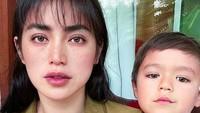 <p>Jessica Iskandar kini menetap di Bali, Bunda. Ia memboyong anak semata wayangnya, El Barack Alexander. (Foto: Instagram @inijedar)</p>