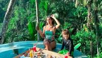 <p>Jessica Iskandar juga menyebut El Barack sudah merasa nyaman tinggal di Bali. Wah, kelihatan dari ekspresi bahagia mereka ya, Bun! (Foto: Instagram @inijedar)</p>