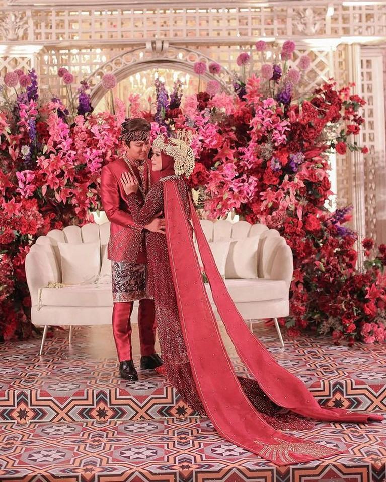 Acara tasyakuran Lesti Kejora dan Rizky Billar digelar dengan dua tema. Yuk intip tema yang didominasi warna merah ini!