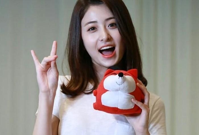Punya tinggi di atas 170 cm, Heo Yun Jin mendapat julukan Kirin (Jerapah) ketika mengikuti Produce48 dulu. Ia juga terkenal dengan visualnya yang memikat.(Foto: Instagram.com/yunjinsite)