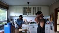 <p>Lalu berikutnya ada ruang dapur. Ruangan ini juga bergabung dengan ruang keluarga sehingga terlihat amat luas.(Foto: YouTube: Kesa Lisa)</p>