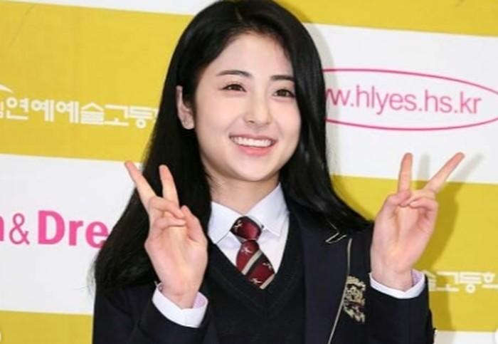 Saat terpilih menjadi trainee, saat itu usia Heo Yun Jin sekitar 15-16 tahun. Ia pindah sekolah ke Hanlim Multi Art School, yang terkenal sebagai sekolah seni para trainee dan idol K-Pop lainnya.(Foto: Instagram.com/yunjinsite)