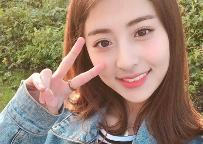 Sempat ada rumor yang mengatakan kalau Heo Yun Jin merupakan mantan trainee SM Entertainment. Banyak netizen yang percaya karena Yun Jin memiliki visual dan suara khas SM.(Foto: Instagram.com/yunjinsite)