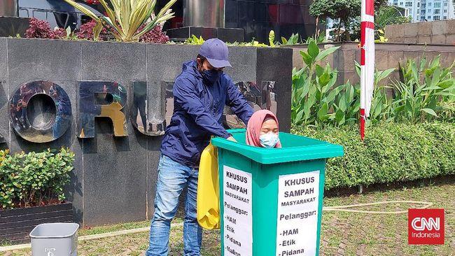 Aksi teaterikal mengkritik para pejabat publik yang melanggar kode etik digelar di Gedung Merah Putih KPK, Jakarta.