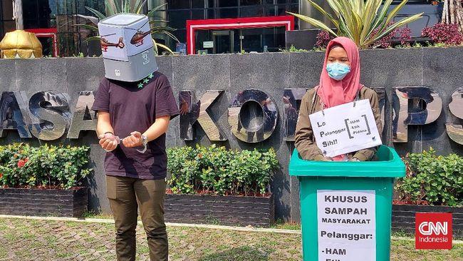 Jokowi saat ini dinilai lebih memilih memantau vaksinasi covid yang sebenarnya pekerjaan simbolik ketimbang menyelesaikan masalah pegawai KPK yang dipecat.