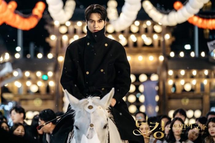 "Boys Over Flowers, The Heirs, dan The King: Eternal Monarch merupakan salah satu dari sekian banyak drama yang dibintangi oleh Lee Min Ho dimana dia selalu berperan menjadi orang kaya, hingga dijuluki ""Spesialis Orang Kaya"", nih./Foto: mydramalist.com"